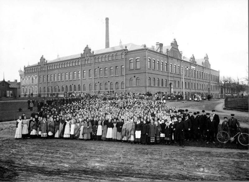 Strengbergin työntekijöitä tupakkatehtaan uuden rakennuksen edustalla vuonna 1901. Tuotanto kasvoi tuohon aikaan huomattavasti ja pian piti laajentaa.