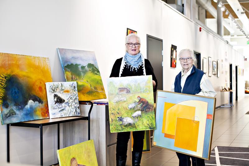 Maritta Lindberg ja Ulla Kotkavaara avasivat yhteisnäyttelyn kirjastoon.