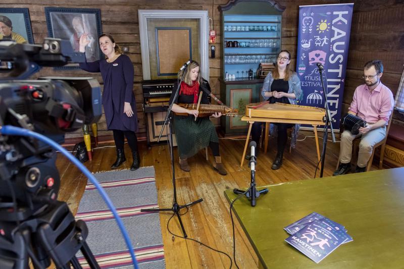 Kaustisen kansanmusiikkijuhlat julkaisi alustavan ohjelmansa tiistaina. Infossa kuultiin ja nähtiin pieni maistiainen festivaalien ohjelmasta, kun Niina Kojonen (vas.) tulkkasi viittomakielelle Tallarin musiikkia.