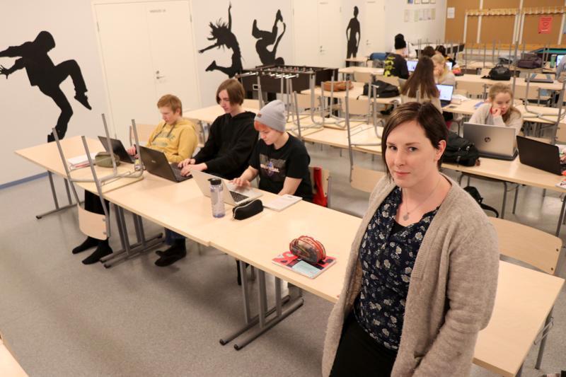 Johanna Korkea-aho on jo kuukauden ajan opettanut musiikkilukiolaisille äidinkieltä ja kirjallisuutta Kaustisen urheilutalon yläkerrassa.