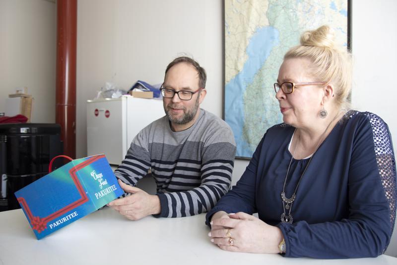 Hyvä lahjapakkaus ei vaadi erillisiä käärepapereita. Tommi Oja ja Sirpa Nevanperä tarkastelevat Tapu Oy:lle suunniteltua pakkausta.