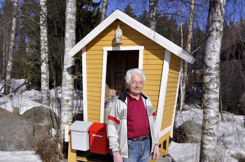 Onnea! Käsistään kätevä Armas Brandt on itse kunnostanut pihan maamerkiksi vanhan maitolaiturin.