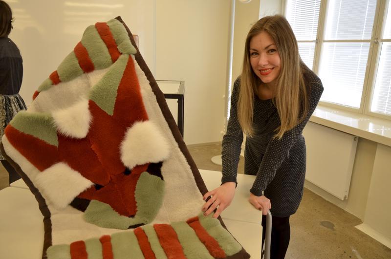 Arkistokuvassa opiskelija Marina Shafikova esittelee turkiksista seinälle asetettavaa ryijyä. Alan opiskelu päättyy nyt Pietarsaaressa opiskelijoiden vähäisyyteen.