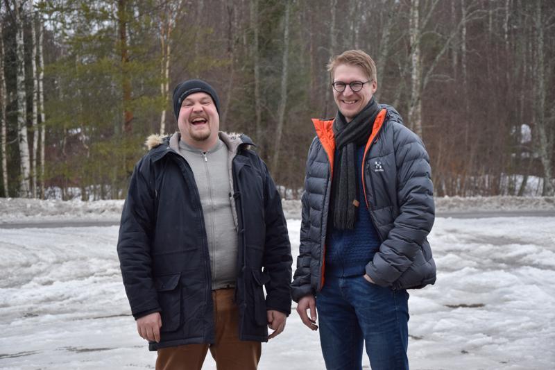 Johannes Nikulan (vas.) ja Jaakko Pasasen yritys Vihertyö Niskanen Oy tarjoaa pihasuunnittelun, piharakentamisen sekä pihanhoidon palveluita.