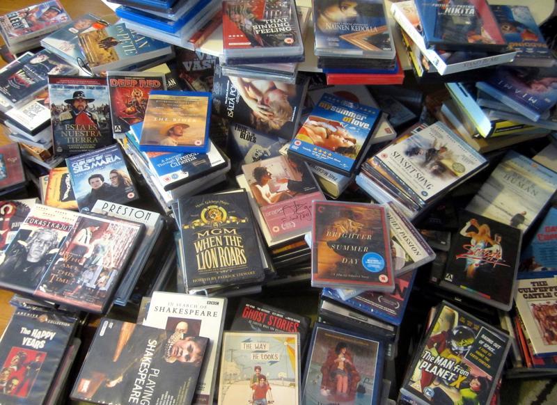 Elokuvatallenteita on jo sen seitsemässä hyllyssä, kaapissa ja komerossa. Loput olohuoneen lattialla.