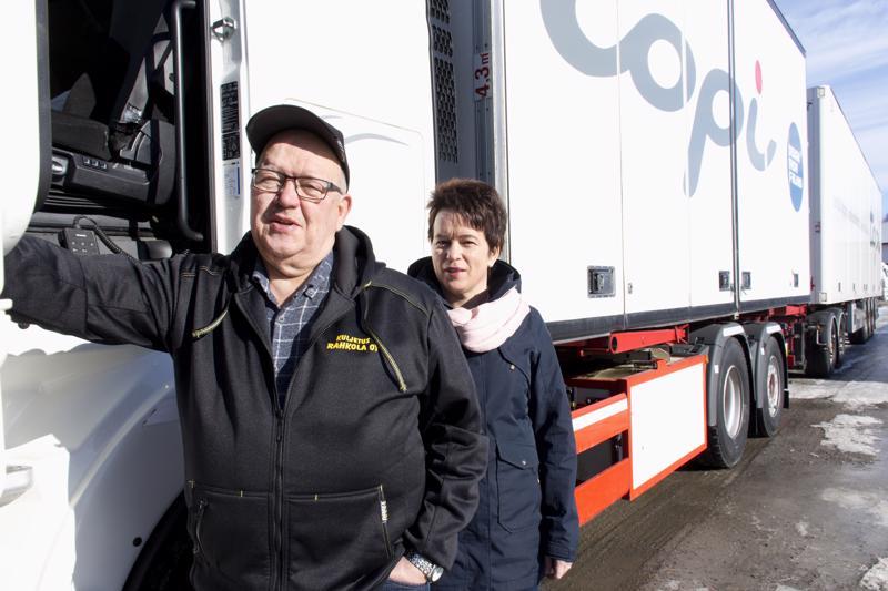 Kuljetus Rahkola Oy:n perheyrityksen toimitusjohtajana on Juha Rahkola. Paula Salmén toimii konttoripäällikkönä.