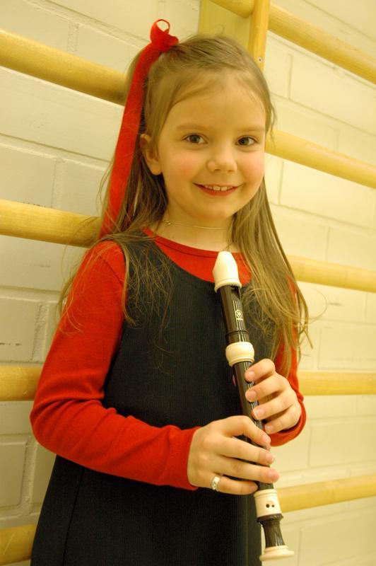 Nokkahuilun soittoa opiskellut Lidia Timlin suunnitteli vaihtavansa soittimen klarinettiin, kunhan kädet kasvavat riittävän pitkiksi.