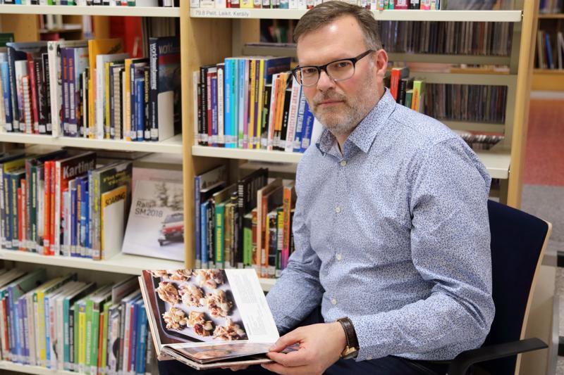 Marko Vaarala löytää ohjeita kokeiltavaksi leivontakirjoista, netistä ja lehdistä. Välillä hän etsii ideoita kirjastosta.