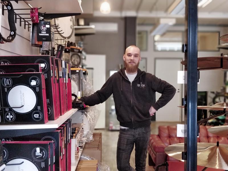 - Päätöksen jälkeen olo on ollut helpottunut, vaikka pahaltahan liikkeen ja kahvilan lopettaminen tuntuu, kuvaa David Vikström.