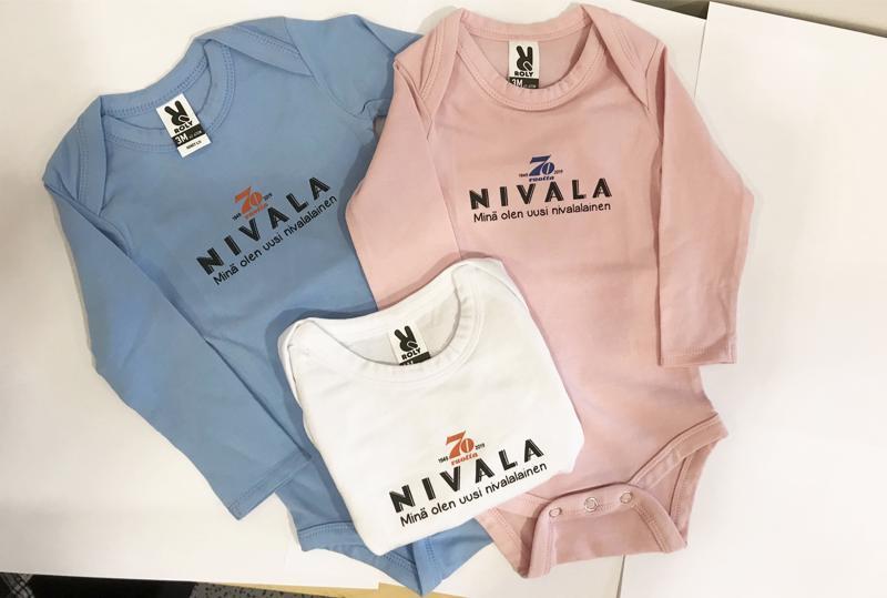 Nivala-lehden bodya on tarjolla juhlavuoden vauvoille kolmessa eri värissä.