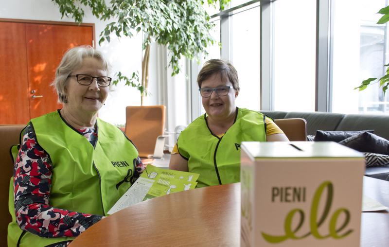 Pieni Ele -vaalikeräykseen osallistuu Kalajoella kahdeksan yhdistystä. Raija Mäkelä ja Sarianne Koskimaa muistuttavat äänestäjiä varaamaan mukaansa rahaa keräystä varten.