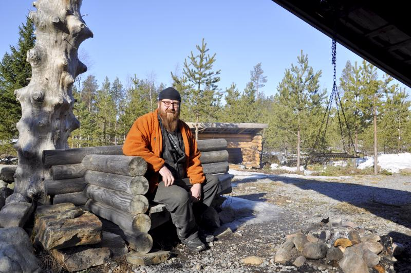 """Onnea! Ukon nimipäivän kunniaksi jututimme """"Hirsiukko"""" Jukka Kullaa, joka viihtyy metsäkämpällään. Laavu ja muut rakennukset on omin käsin tehty."""