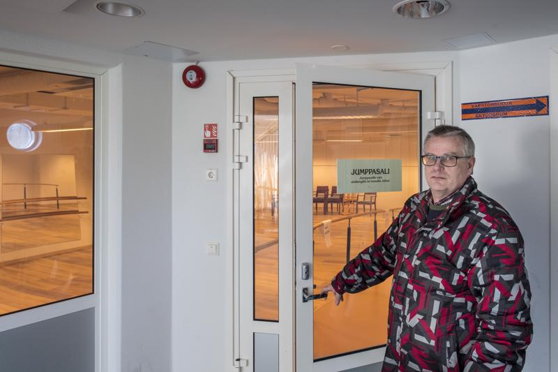 Kaustisen Kehitys Oy:n toimitusjohtaja Rauno Jauhiainen odottelee jo lukiolaisia. Jumppasalin matto on korvattu laminaatilla.