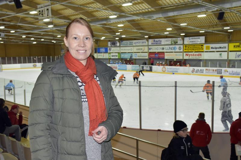 Jeppis Hockey Junioreiden puheenjohtaja Sofia Wingren jännittää itsekin, koska oma poika on parasta aikaa jäällä Anaheimin joukkueessa.