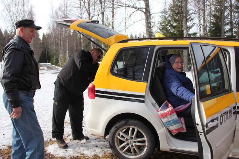 Otaxi on Pohjanmaan taksin brändi. Yhteinen tilauskeskus on kuljettajien mukaan kätevä systeemi. - Ihmiset tietävät, että takseissa on taksamittarit, sama hintataso ja ne ovat turvallisia. Taksi on saatavissa ympäri vuorokauden, sanoo Pertti Qvick. Vasemmalla Antero Vähäjylkkä ja autossa Anja Honkala.