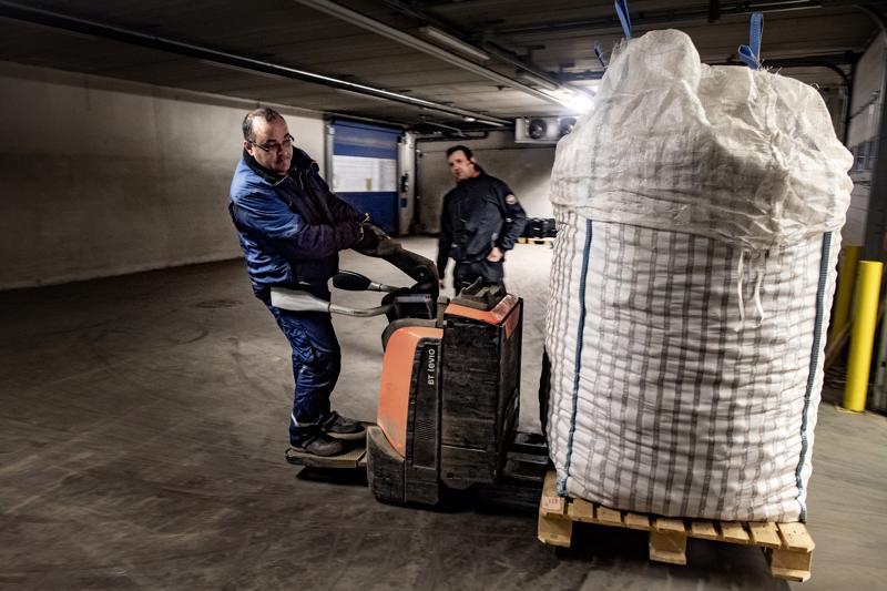 Jättisäkit perunaa pyörähtävät näppärästi varastosta rekan lavalle Karous Żukasin ohjaamina. Juha Kuusisto seuraa työn etenemistä.