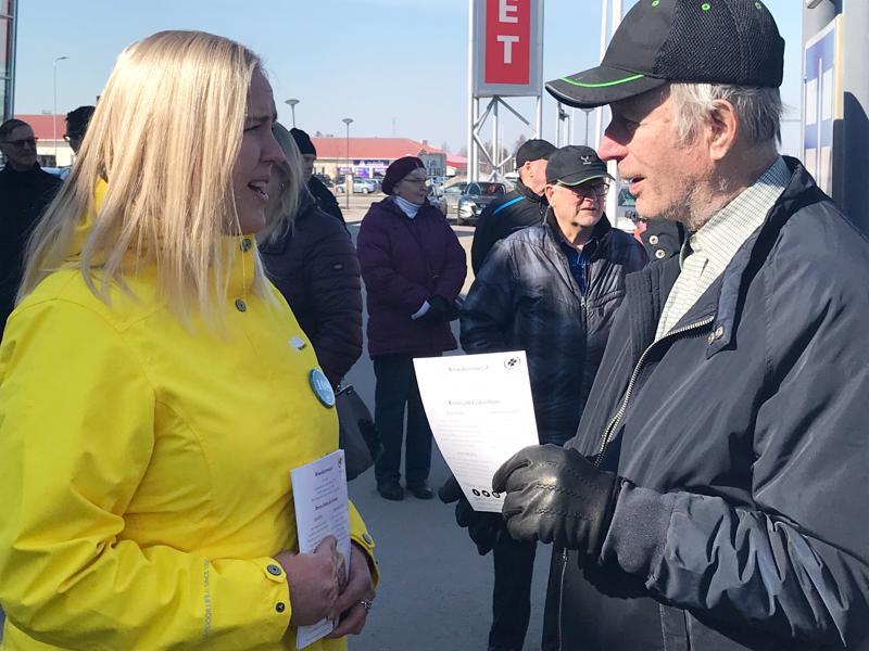 Nuori kansanedustajaehdokas Marjut Lehtonen löysi yhteistä puhuttavaa kauhavalaisen Veli Sippolan kanssa.