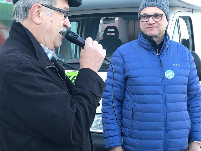 Keskustan kunnallispoliitikko Jouko Hannula haastatteli puheenjohtaja Juha Sipilää Ylivieskassa.