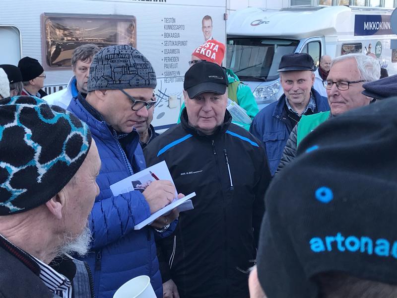 Puheenjohtaja Juha Sipilän ympärillä riitti väkeä keskustelemassa ja nimikirjoituksia hakemassa.