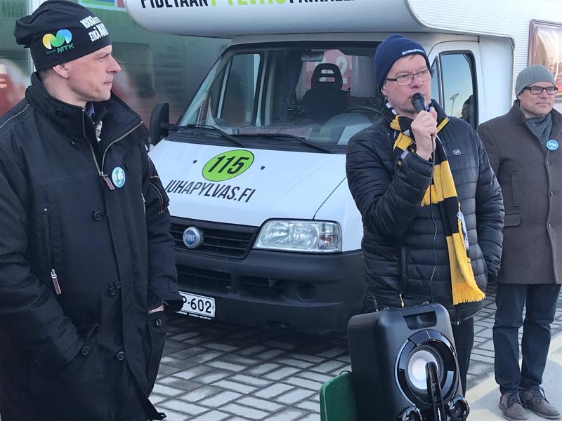 Antti Rantakangas kehuu kansanedustajakollega Juha Pylvästä Ylivieskassa. Kiertueella mukana myös Mikko Kinnunen.