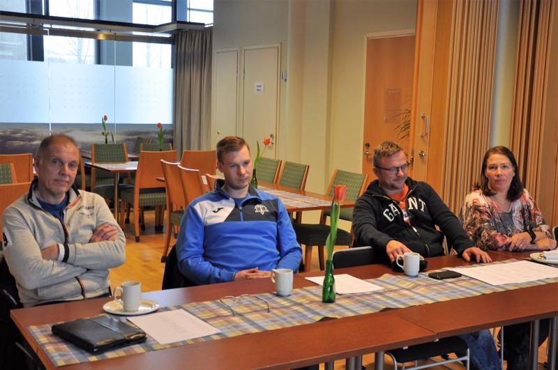 Kälviän Tarmon painijaoston puheenjohtaja Jouko Salmela (vas.), Janne Viitanen, Petri Forsell ja Johanna Forsell kertoivat viikonlopun painikisojen järjestelyistä.