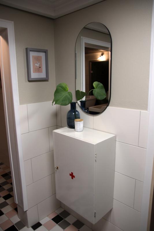Kylpyhuoneesta löytyy vanha lääkekaappi ja pillerinmuotoinen peili.