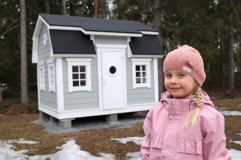 Uudessa leikkimökissä riittää puuhaa Minea Kankaanpäälle.