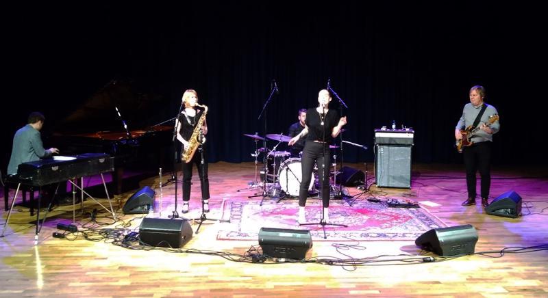 Eurooppaa varten Ina Forsman on koonnut pienen taustayhtyeen suomalaisista soittajista.