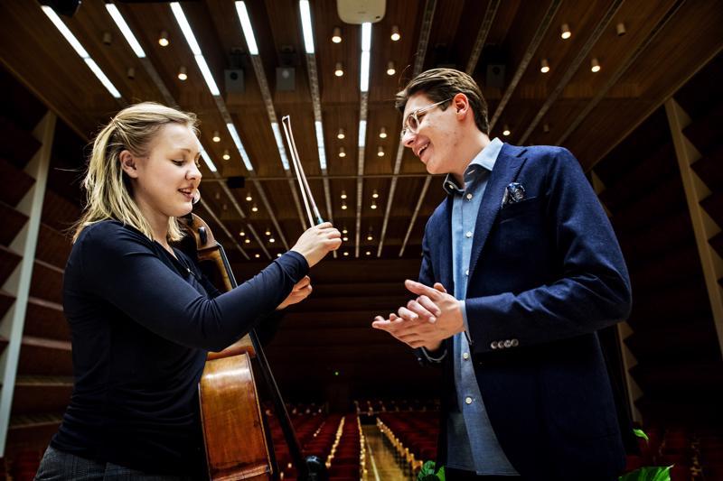 Tulevan konsertin sellosolisti Senja Rummukainen ja kapellimestari Klaus Mäkelä harjoituksissa.