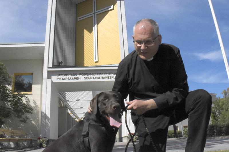 Bo-Göran Åstrand on Pietarsaaren ruotsalaisen seurakunnan kirkkoherra. Hän oli järjestämässä viime kesänä muun muassa koiranulkoiluttajien jumalanpalvelusta Pietarsaaressa. Kuvassa mukana labradorinnoutaja Doris.