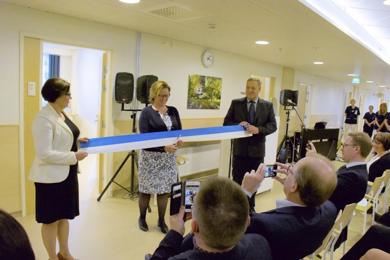 Apulaisylilääkäri Anne-Marie Rudnäs ja suunnittelutoimikunnan puheenjohtaja Roger Frostdahl kannattelevat vihkiäisnauhaa, jonka katkaisee johtava lääkäri Pia-Maria Sjöström.