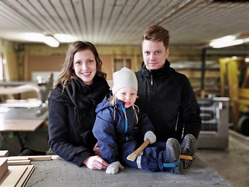Linda Österholm ja Olle Björklund Piece of Shapen puupajassa Elliotin, 2 v, kanssa.