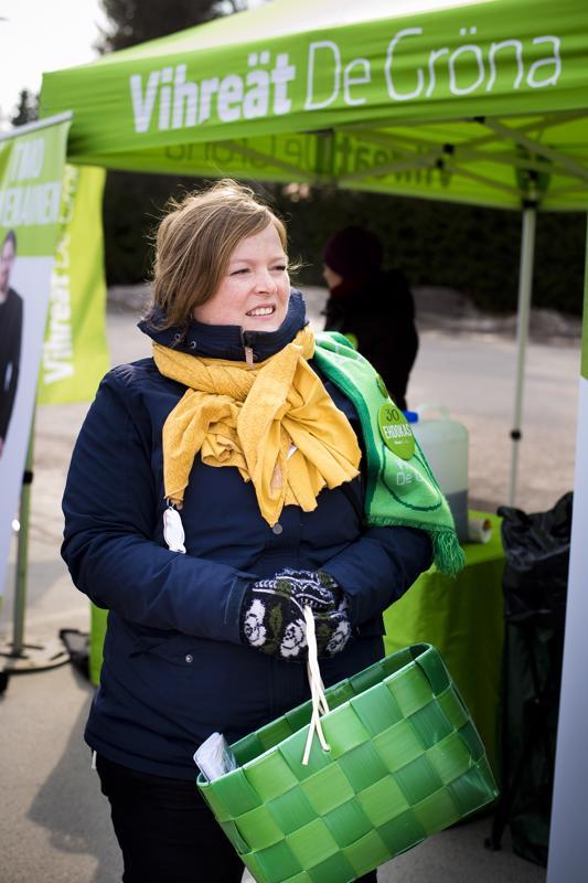 Hanne Kokko on kiertänyt vihreiden bussikiertueen mukana vaalipiirin alueella. Maanantaina bussi pysähtyi Nivalassa.