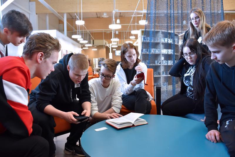 Kekkosen kirjettä etsivät kirjaston uumenista Santeri Rahja (vas.), Tuukka Marjala, Janne Kähtävä, Oskari Rahkola, Aleksi Nikupaavo, Ronja Viidanoja, Kirsi Mäkelä ja Lauri Pudas.