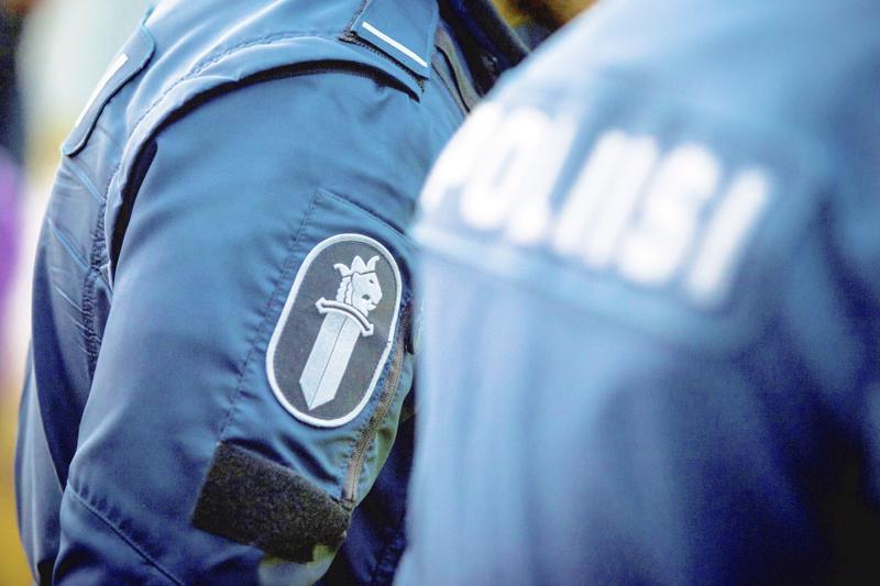 Poliisi varpottaa huijarilaskuista Pietarsaaressa.