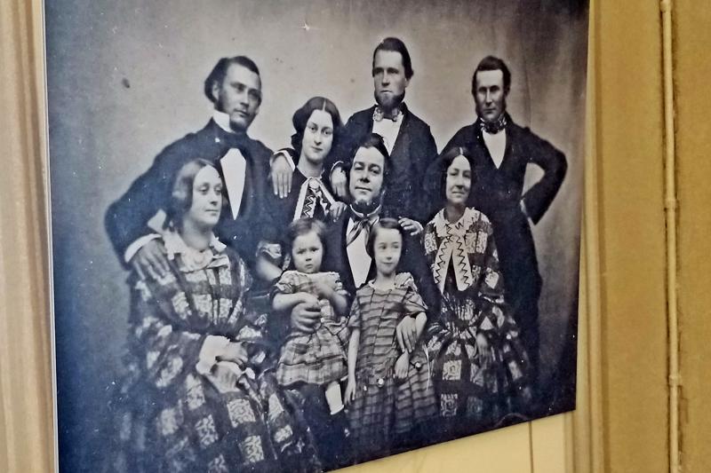 Törnviikin perhe ambrotypia menetelmällä valmistetussa kuvassa.