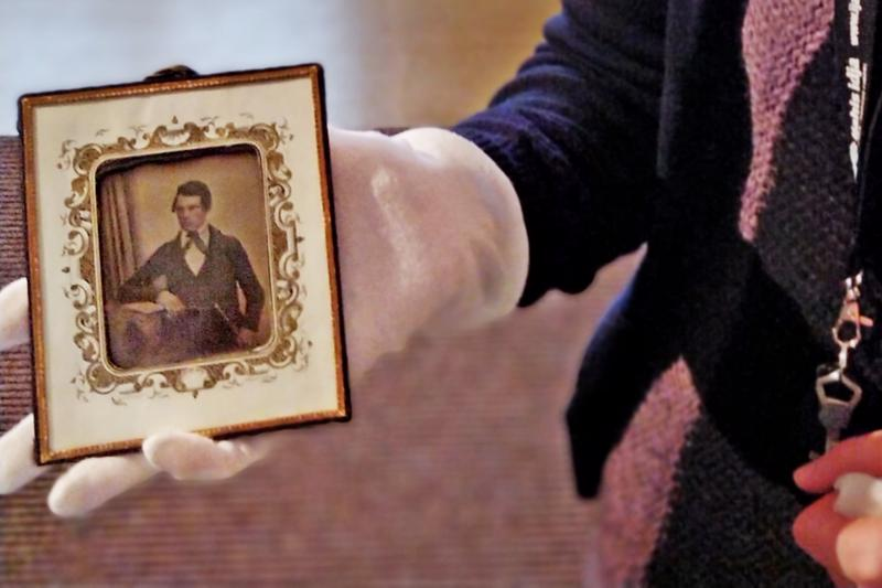 Anders Gustaf Brunberg katselee  maailman menoa museon vanhimmassa daguerrotyypissä vuodelta 1847.
