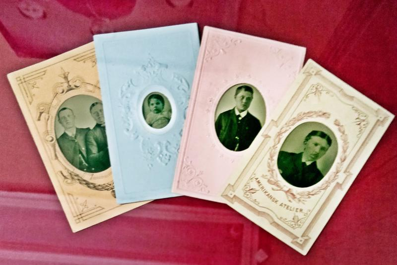 Valokuva-alan uutuus, käyntikortti, esiteltiin Helsingissä 1860. Kaksi vuotta myöhemmin uutuus saavutti Pietarsaaren. Halvalla kuvatekniikalla, kuten ferrotypialla, tehdyt kuvat olivat erittäin suosittuja. Sukulaiset ja ystävät kokkontuivat vaihtamaan käyntikorttejä keskenään. Porvarillisissa piireissä suosio jatkui aina 1920-luvulle saakka.