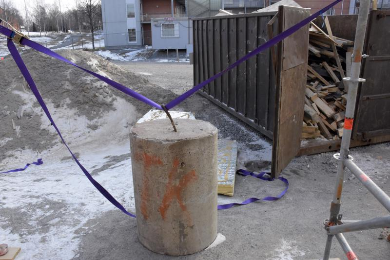 Järeät betoniporsaat pitävät suojakehikon paikoillaan rajussakin säässä.