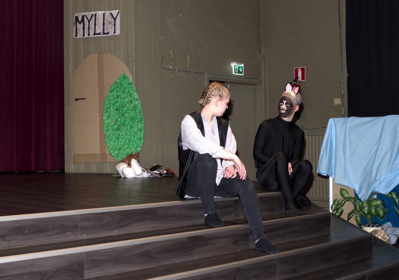 Myllärin pojan (Inka Latvakoski) ällistys on suuri, kun se huomaa kissansa (Eeli Jämsä) puhuvan.