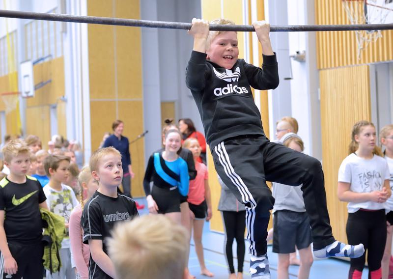Voimistelusarjojen  lisäksi kilpailtiin kovimman leuanvetäjän tittelistä. Vuorossa Eerik Isopahkala Etelänkylän koululta.