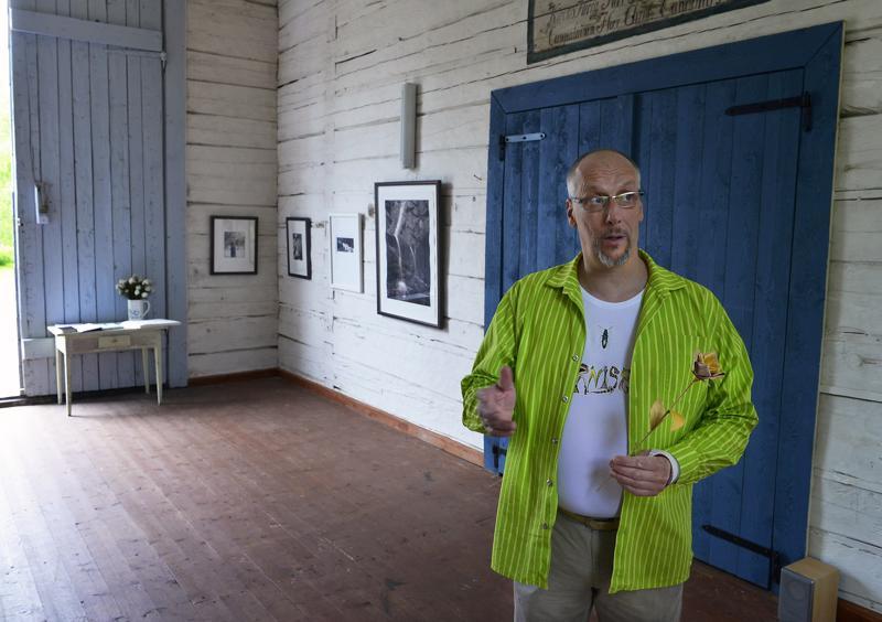 Valokuva- ja äänitaiteilija Jyrki Portin toi Ullavan tapuliin Sanctus-näyttelyn kesällä 2015.