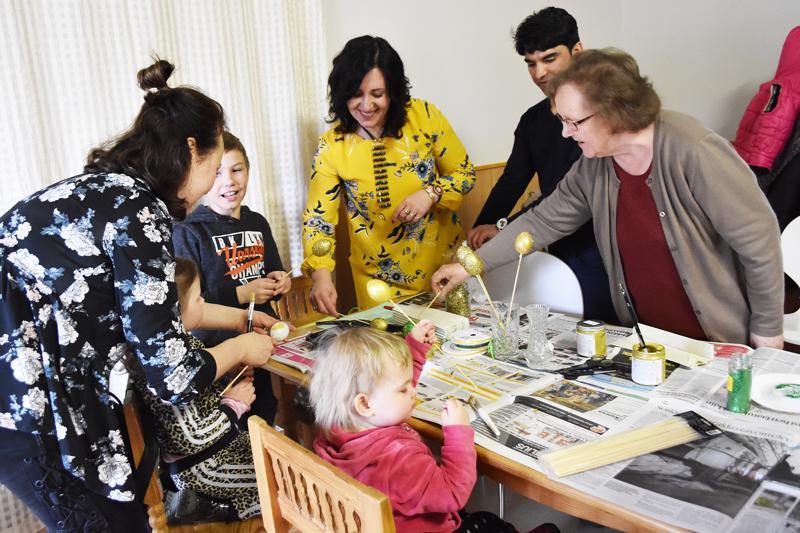 Kansainvälisessä kerhossa maalattiin torstai-iltana pääsiäismunia. Mukana oli osallistujia Suomen lisäksi Afganistanista, Virosta, Venäjältä ja Liettuasta.