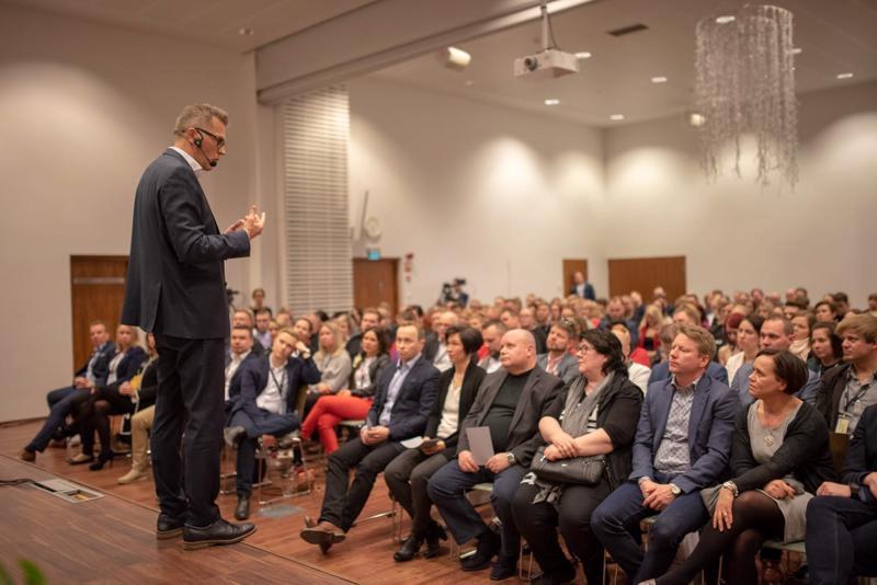 Jari Sarasvuon puhetta oli seuraamassa runsaslukuinen nuorkauppakamarilaisyleisö Aaltosalissa Kalajoen Hiekkasärkillä.