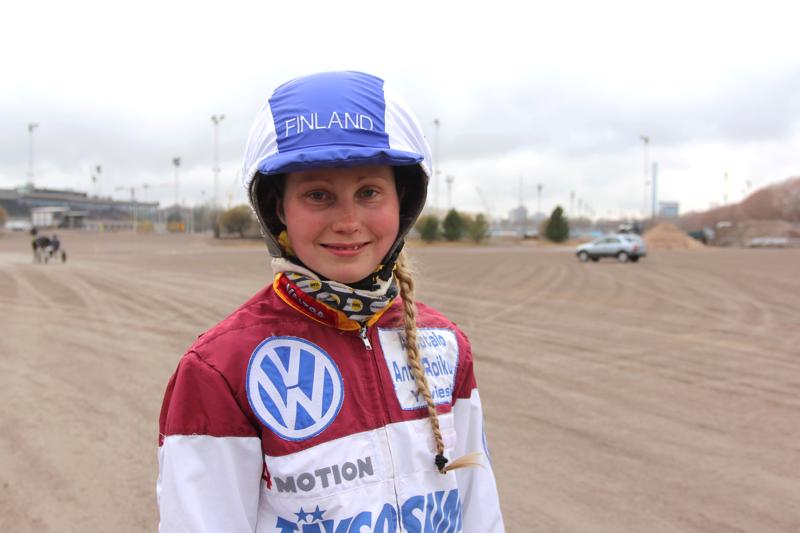 Janita Antti-Roikon ratsastaa Suomen väreissä Norjassa.