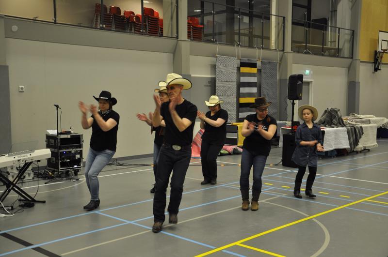 Kantritanssijat esiintyivät opettajansa Perttu Niemen (edessä) johdolla niin irkku- kuin countrymusiikin tahtiin. Bootseja heiluttivat ohjaajan lisäksi Marjo Sämpi, Jaana Uusitalo, Päivi Niemi, Tiina Laitinen ja Milla Veteläinen.