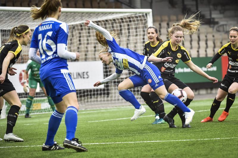 HJK:n Jutta Rantala ja IK Myranin Amanda Kass kamppailutilanteessa.