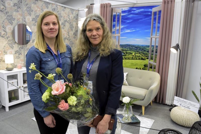 Camilla (vas.) ja Marlene Enkvist sisustivat Pietarsaaren messuille olohuoneen, joka miellytti yleisöä eniten.