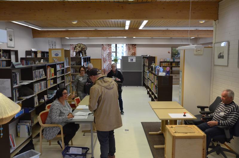 Kälviällä äänestyspaikka oli kirjastolla.