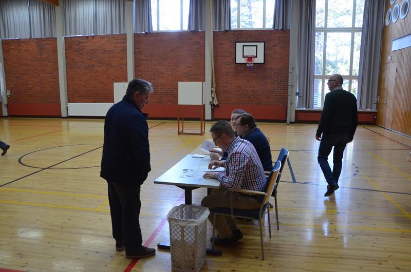 Kokkolan Halkokarin koululla oli päivällä äänestäjiä jonoksi asti, iltapäivällä oli hetken rauhallisempaa.